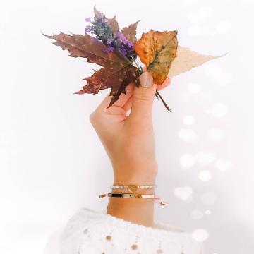 #autumnvibes 🍁🍂 Minimalizm i delikatność to cechy naszych jesiennych nowości- nawet w zestawieniu ze  sobą wyglądają bardzo subtelnie, zgadzacie się? 🌻 . 📸 @natalia.nft 😍 . 🔜Chcecie więcej  jesiennych stylizacji wzbogaconych o naszą biżuterię? Mamy ich troszkę w zanadrzu, chętnie się podzielimy! 🧡🧡🧡 . #autumnishere #jesiennestylizacje #jesień #autumnstyle #sweaterweather #jesieniara #bransoletka #lovely #sweetstones #minimalism #minimalstyle